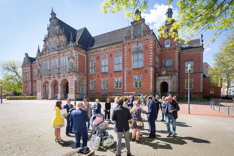 Glückwünsche und Sekt vor dem Standesamt Hamburg-Harburg