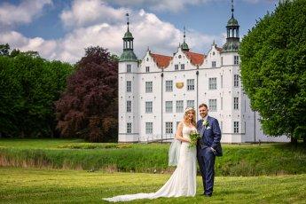Hochzeitspaar vor dem Ahrensburger Schloss nach der standesamtlichen Trauung