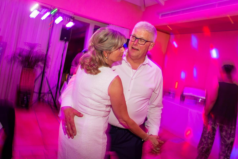 Hochzeitspaar rockt auf der Tanzfläche