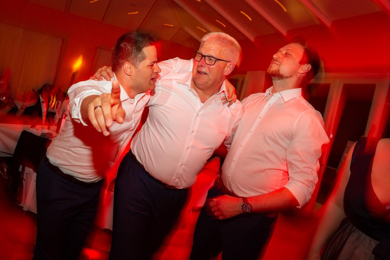 Männer halten sich auf der Tanzfläche in den Armen