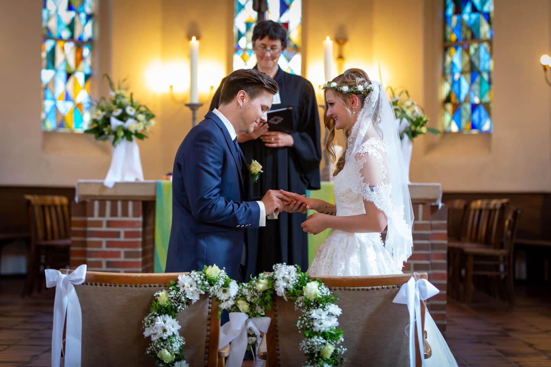 Ringtausch bei einer kirchlichen Hiochzeit während einer Hochzeitsreportage fotografiert