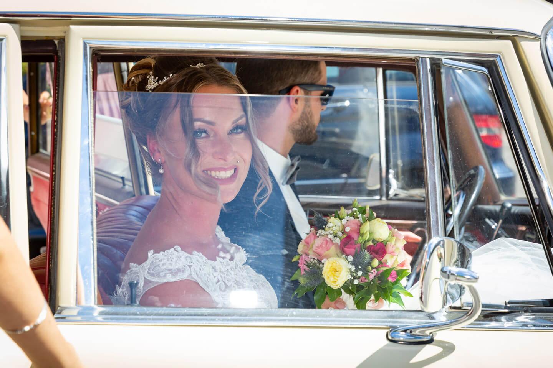 Braut Julia wird im historischen Mercedes zum Endorphin Eventkontor gebracht