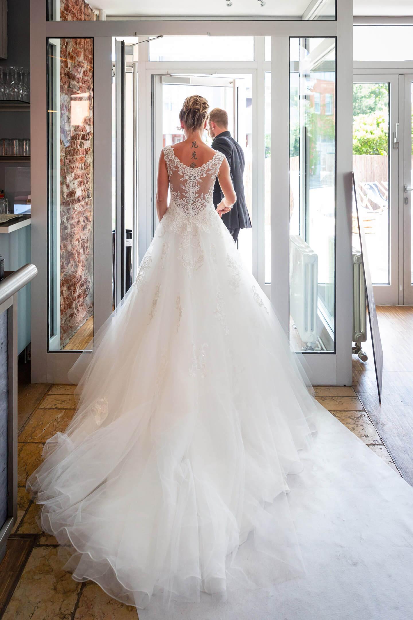 Ausschreiten des Hochzeitspaars nach der freien Trauung im Endorphin Eventkontor