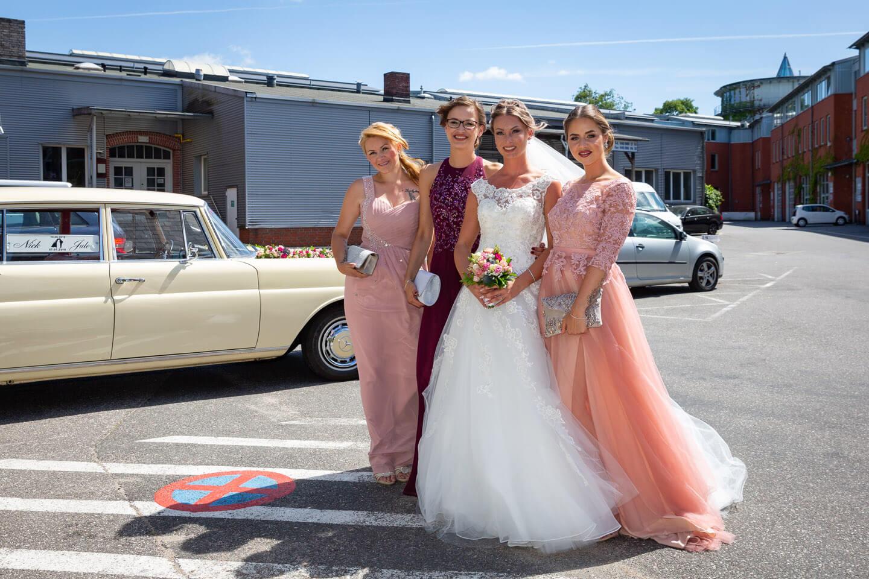 Braut, Brautjungfern und Trauzeugin auf dem Gelände der alten Friesenbrauerei in Hamburg-Bahrenfeld