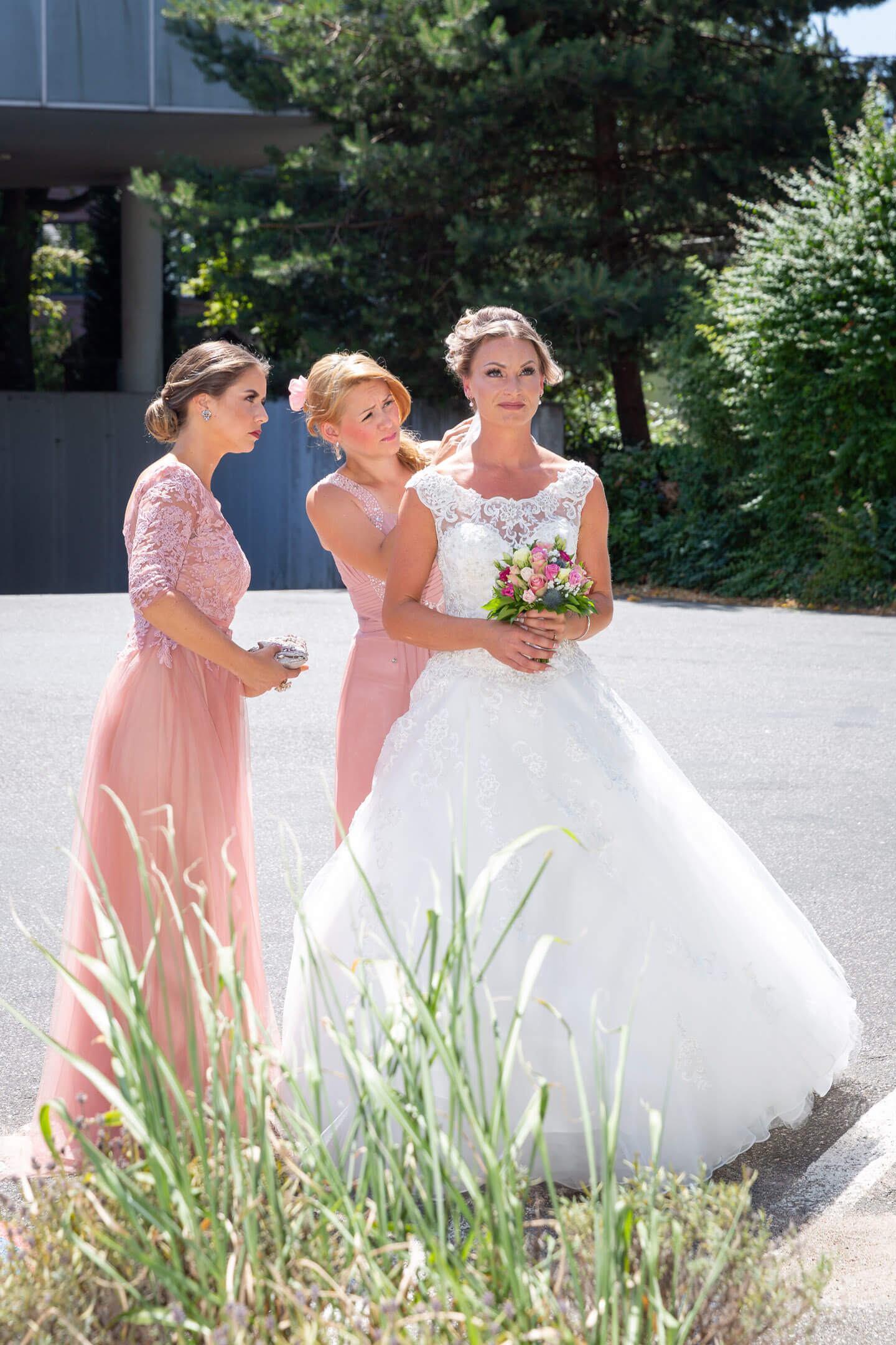 Braut und Brautjungfern kurz vor der freien Trauung im Endorphin Eventkontor