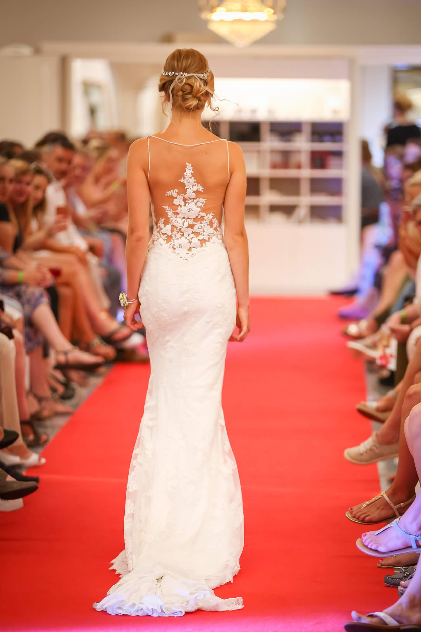 Rückenansicht eines aufregenden Hochzeitskleides bei der Brautmodenschau in Tellingstedt