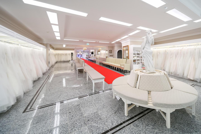 Der rote Teppich ist ausgerollt im Verkaufsraum der Laue Festgarderobe