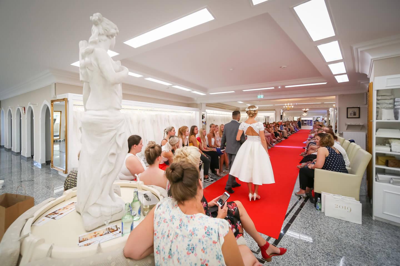 Die Verkaufsraeume bieten viel Platz fuer das Praesentieren der Brautmode
