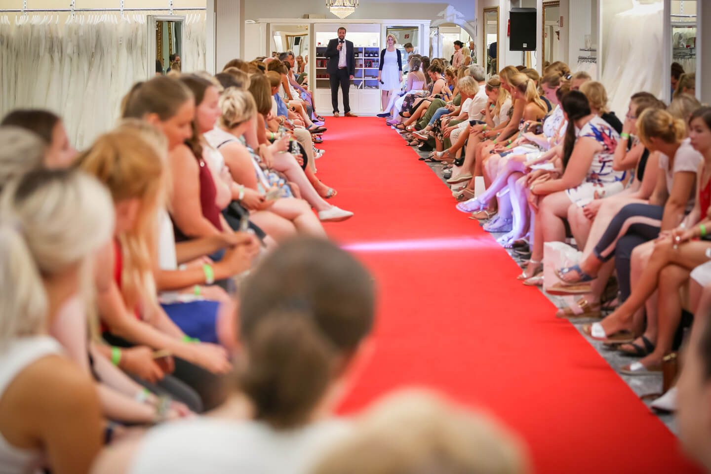 Begrueßung der Gaeste der Pronovias Fashionshow durch Geschaeftsfuehrer Henning Juergensen