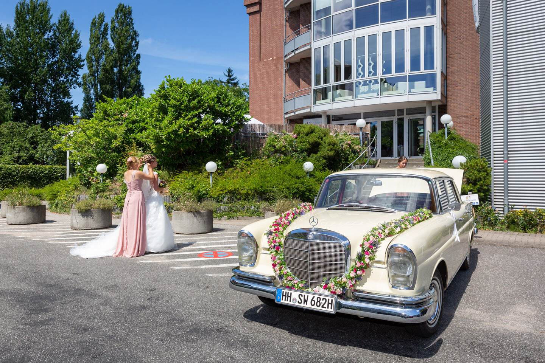 Schleier anstecken, dann wird die Braut zum Bräutigam begleitet