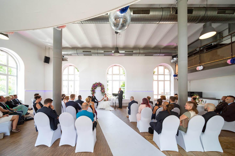 Hochzeit in der alten Friesenbrauerei. Der Loft-Stil der lichtdurchfluteten Hochzeitslocation hat Charme