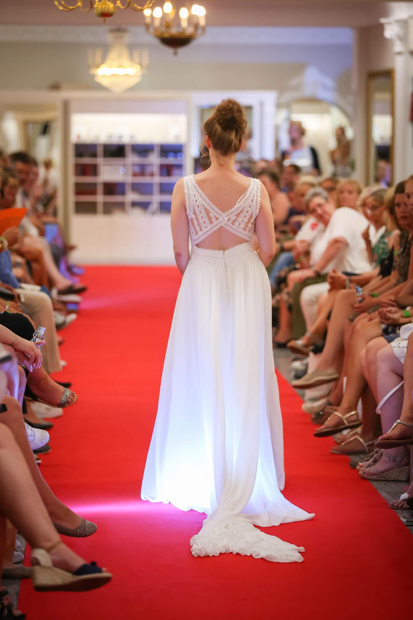 Rückenansicht eines Hochzeitskleids