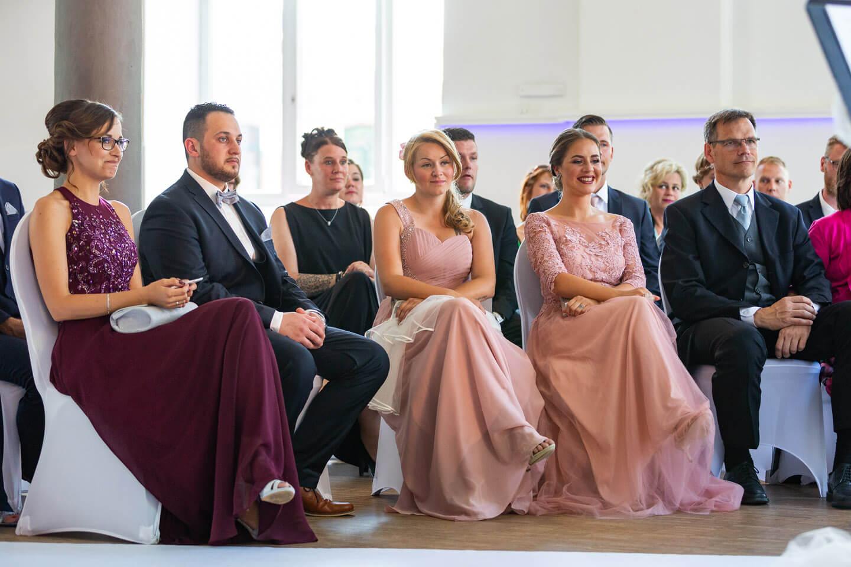 Hochzeitsgesellschaft während der freien Trauung