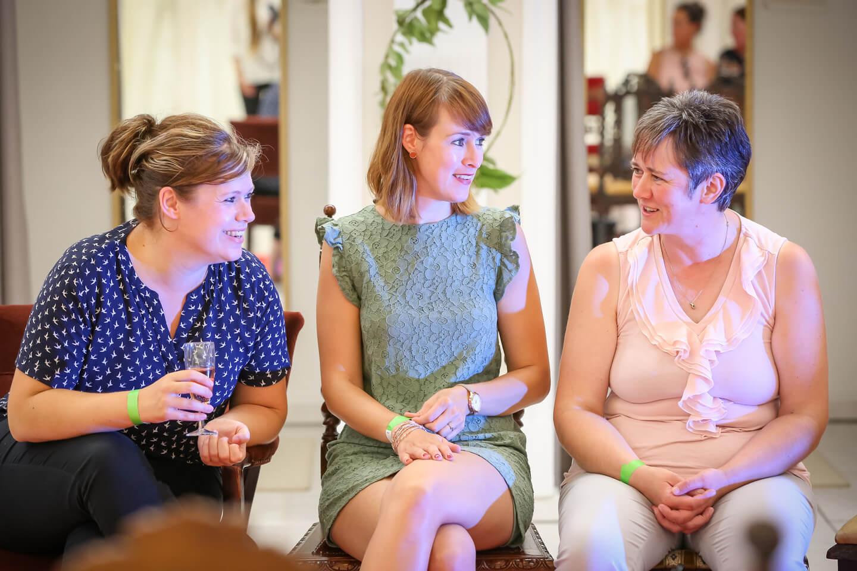 Gaeste der Brautmodenschau bei Laue Festgarderobe in Tellingstedt