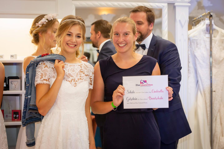 Gewinnerin der Brautschuhe mit Model