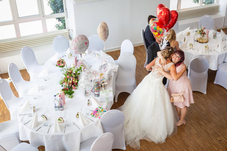 Glückwünsche an das Hochzeitspaar kurz nach der Trauung im Endorphin Eventkontor
