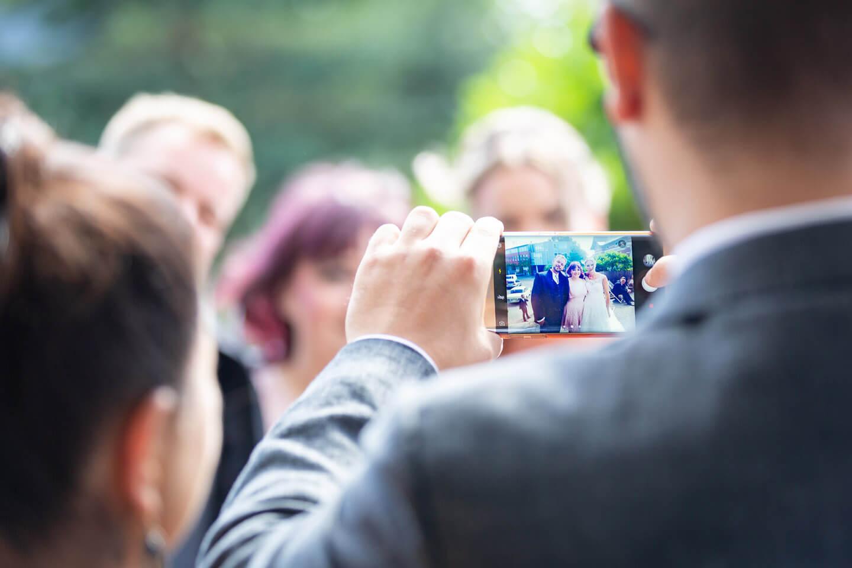 Handyfoto bei Hochzeit