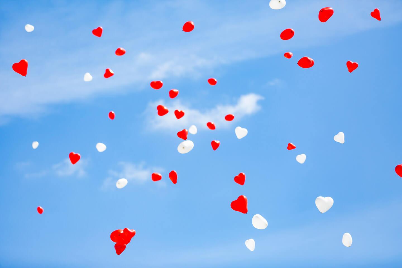 Helium gefülte Ballons steigen mit guten Wünschen an das Hochzeitspaar in den Himmel