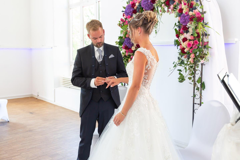 Aufstecken der Trauringe bei einer Hochzeit in der Endorphin Eventlocation