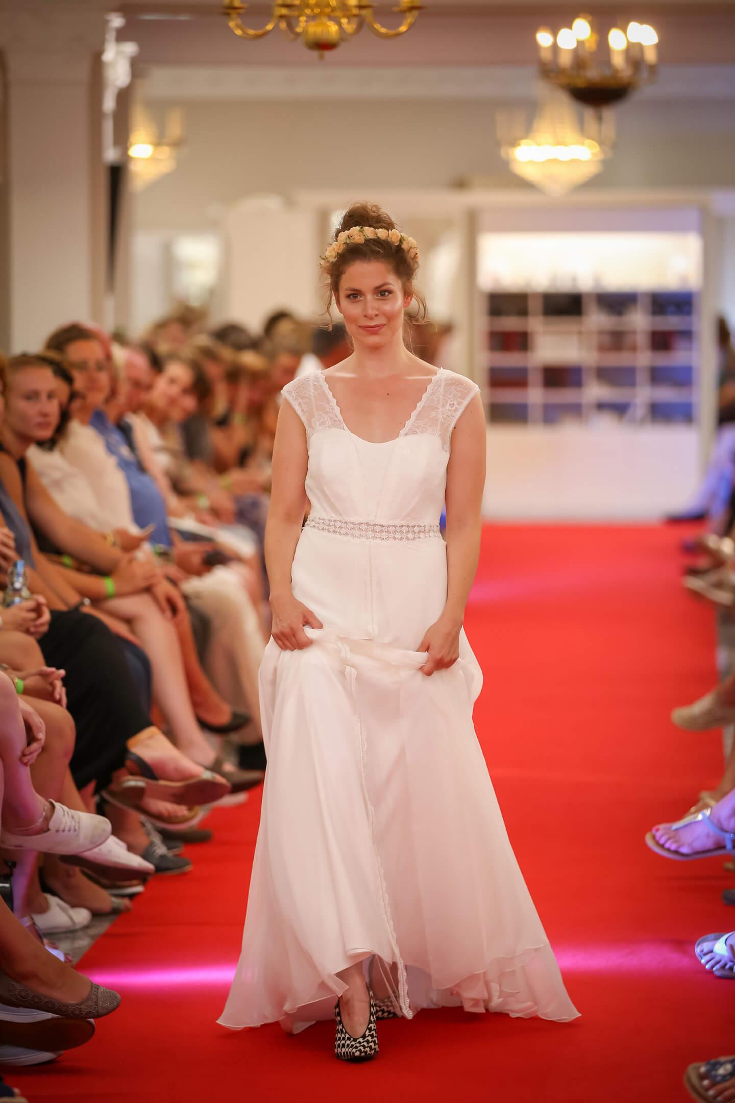 Model im Hochzeitskleid auf dem Laufsteg