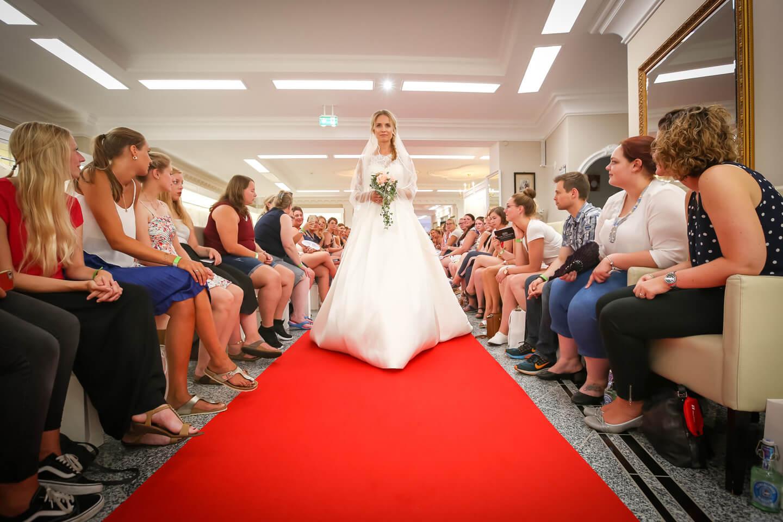 Besucherinnen der Hochzeitsmodenschau am Rande des Laufstegs