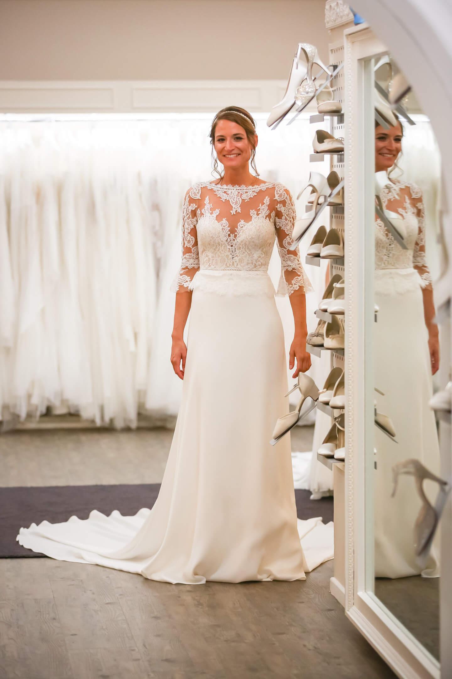 Model mit Brautkleid kurz vor dem Auftritt