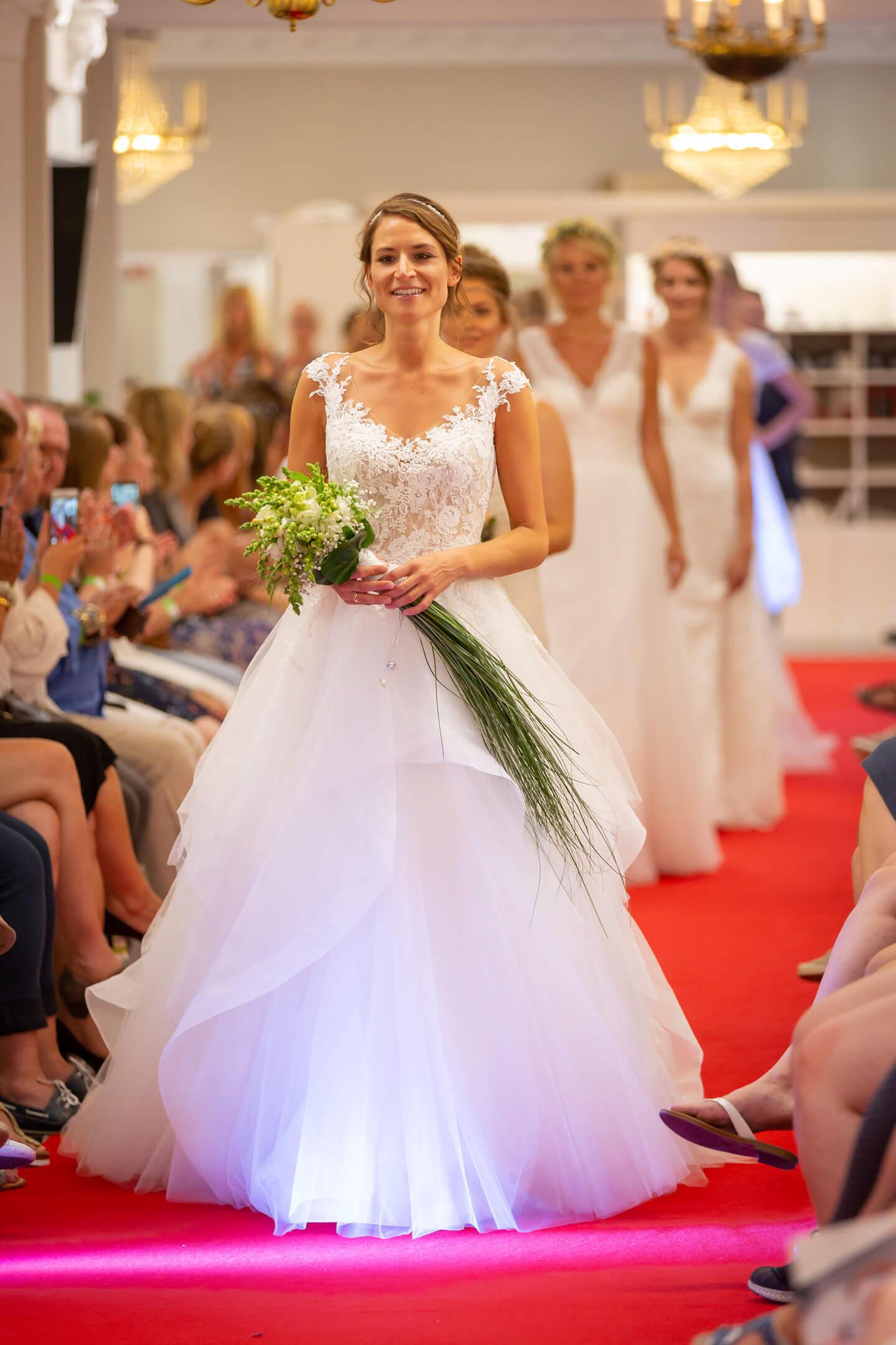 Roter Teppich für sechs Brautmodelle