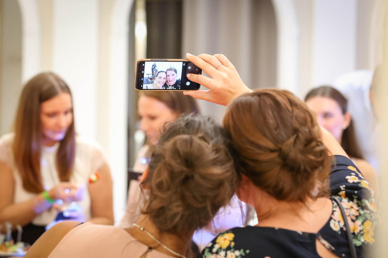 Selfie während der Brautmodenschau bei Laue Festgarderobe