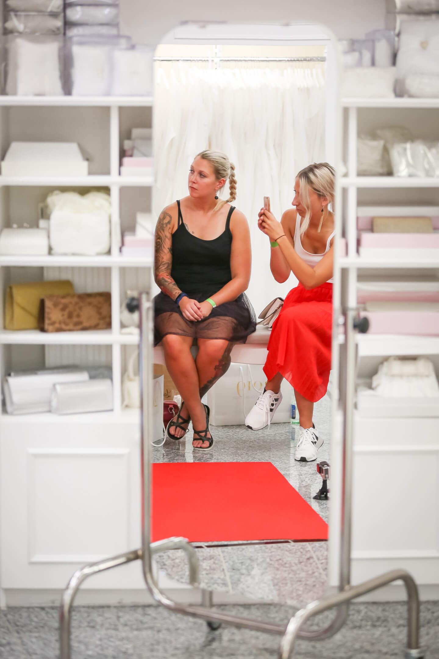 Spiegelbild von Besucherinnen der Pronovias Fashionshow