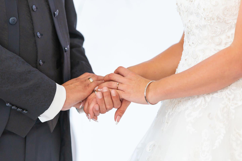 Brautpaar hält sich die Hände während der Hochzeit
