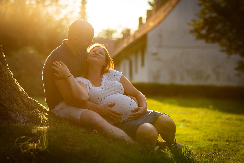 Verliebtes Pärchen im Gegenlicht beim Babybauchshooting