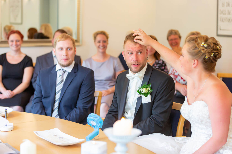 Brautpaar und Trauzeuge im Standesamt Bad Bramstedt