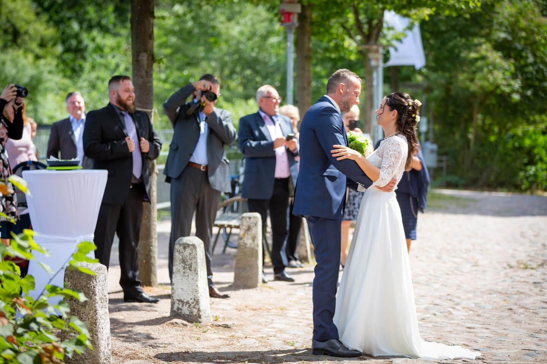 Braeutigam trifft auf die Braut zur Hochzeit in der Trittauer Mühle