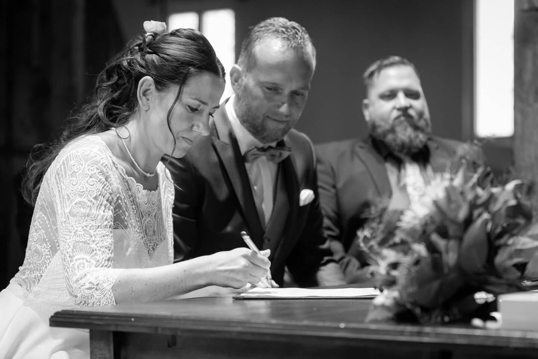 Braut unterschreibt die Heiratsurkunde