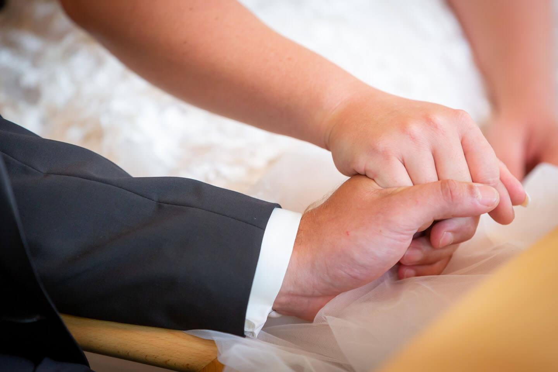 Haende des Brautpaars während der Trauung im Standesamt