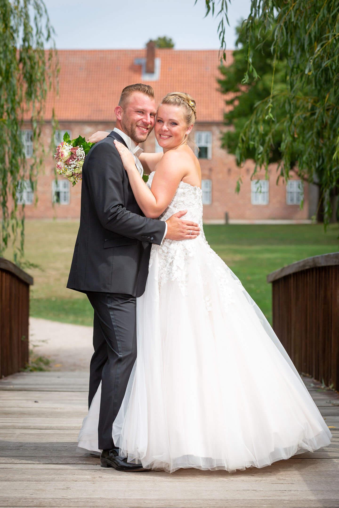 Hochzeitsfoto auf der Bruecke über die Hudenau in Bad Bramstedt