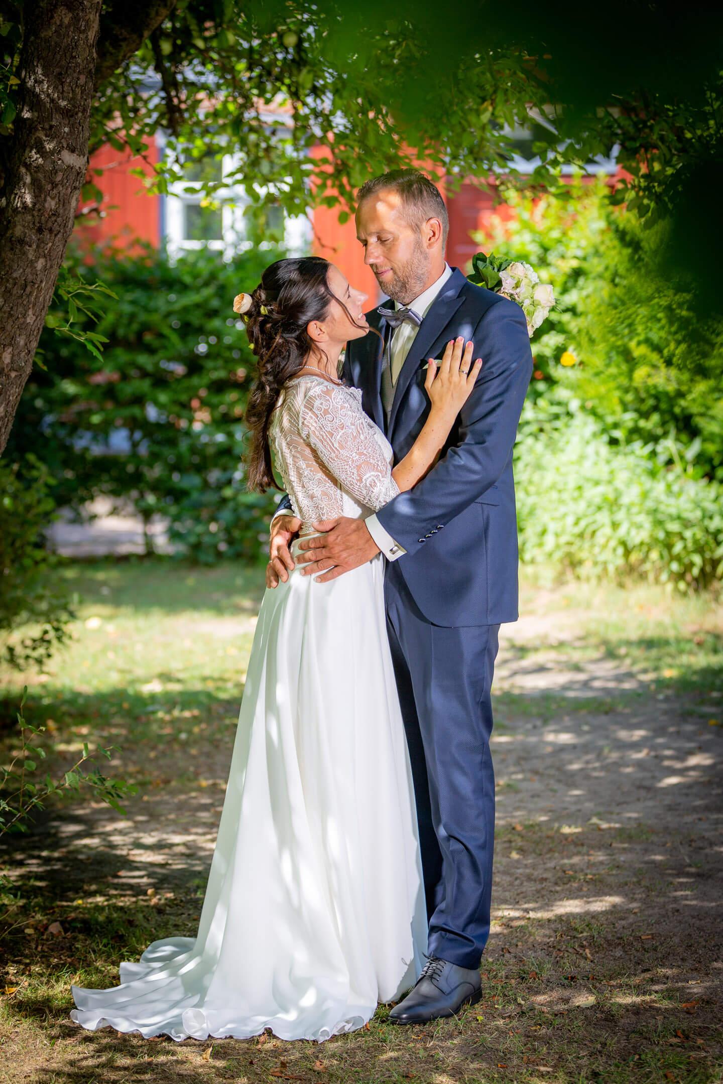 Hochzeitsfoto vom Brautpaar im kleinen Garten an der Trittauer Muehle