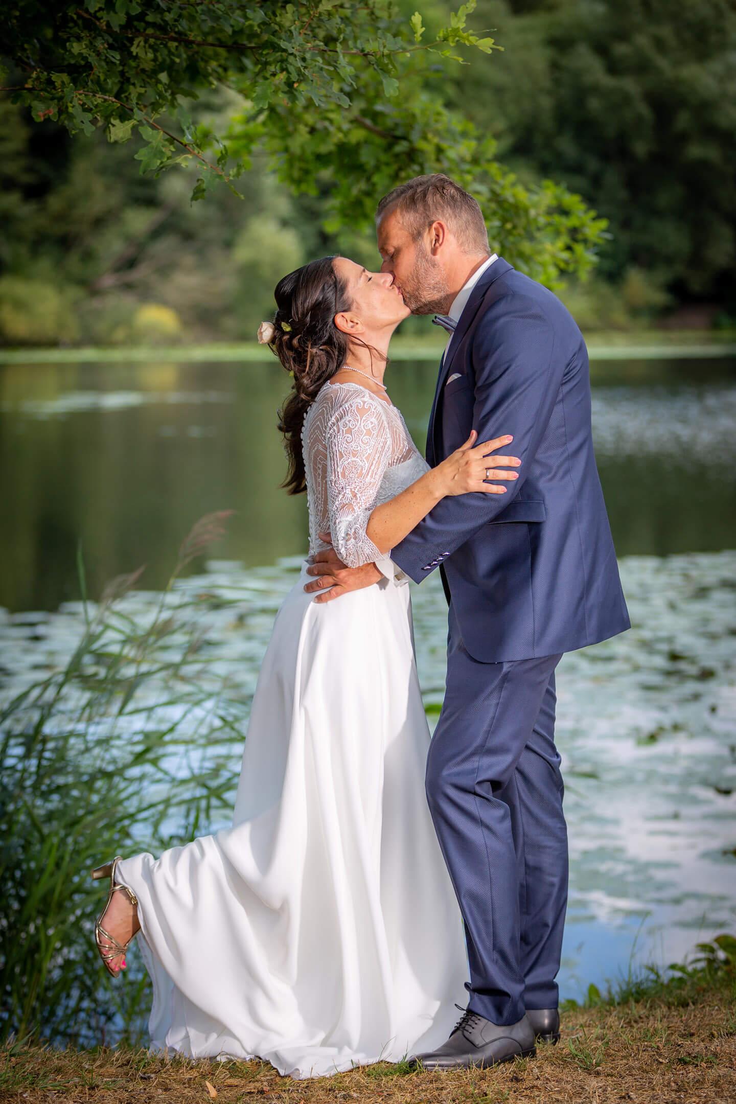 Kuessendes Hochzeitspaar am Ufer vom Trittauer Muehlenteich