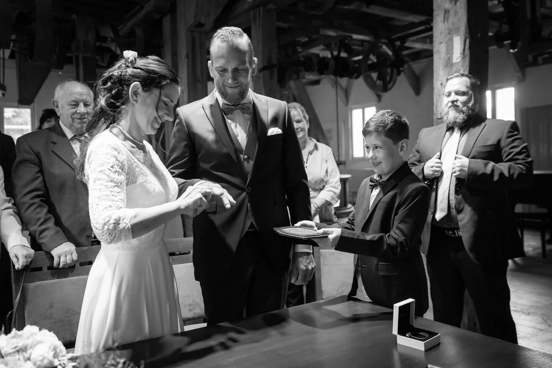 Ringtausch bei einer Hochzeit in der Trittauer Muehle