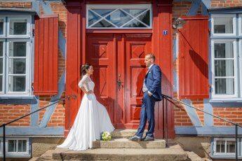 Hochzeitsshooting am knallroten Seiteneingang der Trittauer Muehle