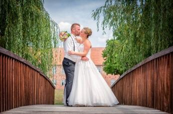 Brautpaar küsst sich während des Fotoshootings für die Hochzeitsbilder