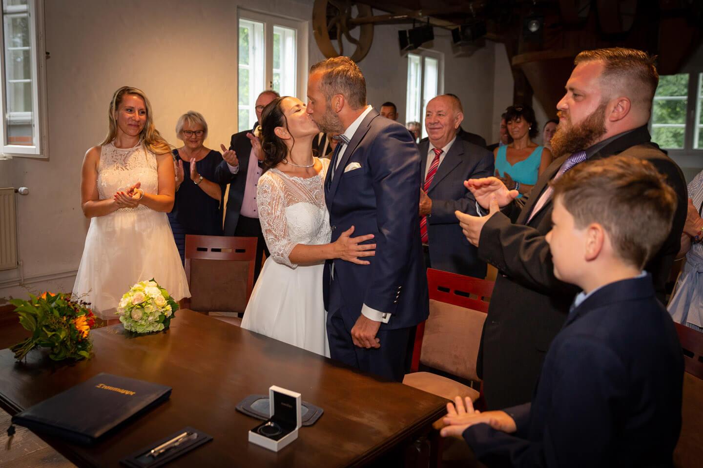 Vermählungskuss bei einer standesamtlichen Hochzeit in der Trittauer Muehle