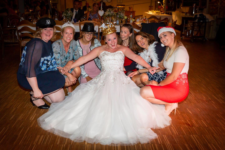 Die Braut mit ihren Mädels fotografiert.
