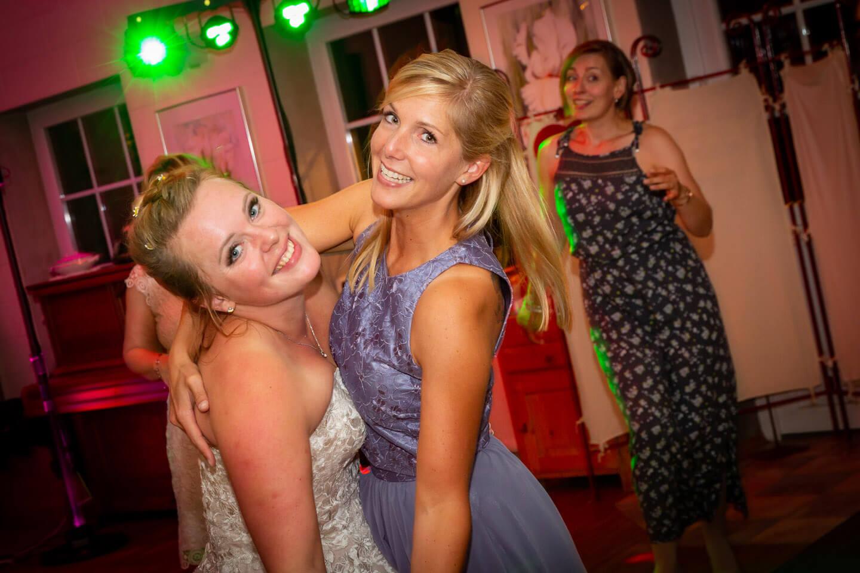 Als Hochzeitsfotograf wartest du auf solche glücklichen Gesichter wie hier von Braut und Trauzeugin