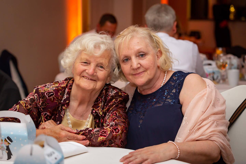 Ältere Damen als Gäste auf einer Hochzeit