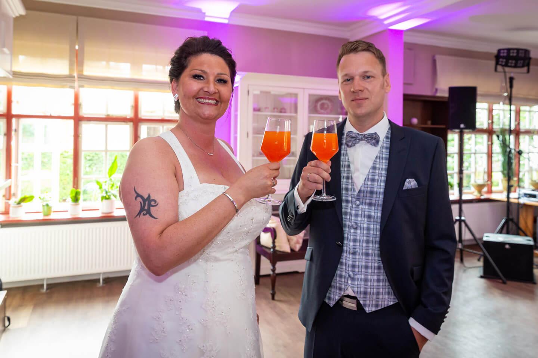 Cheers! Brautpaar stößt an.