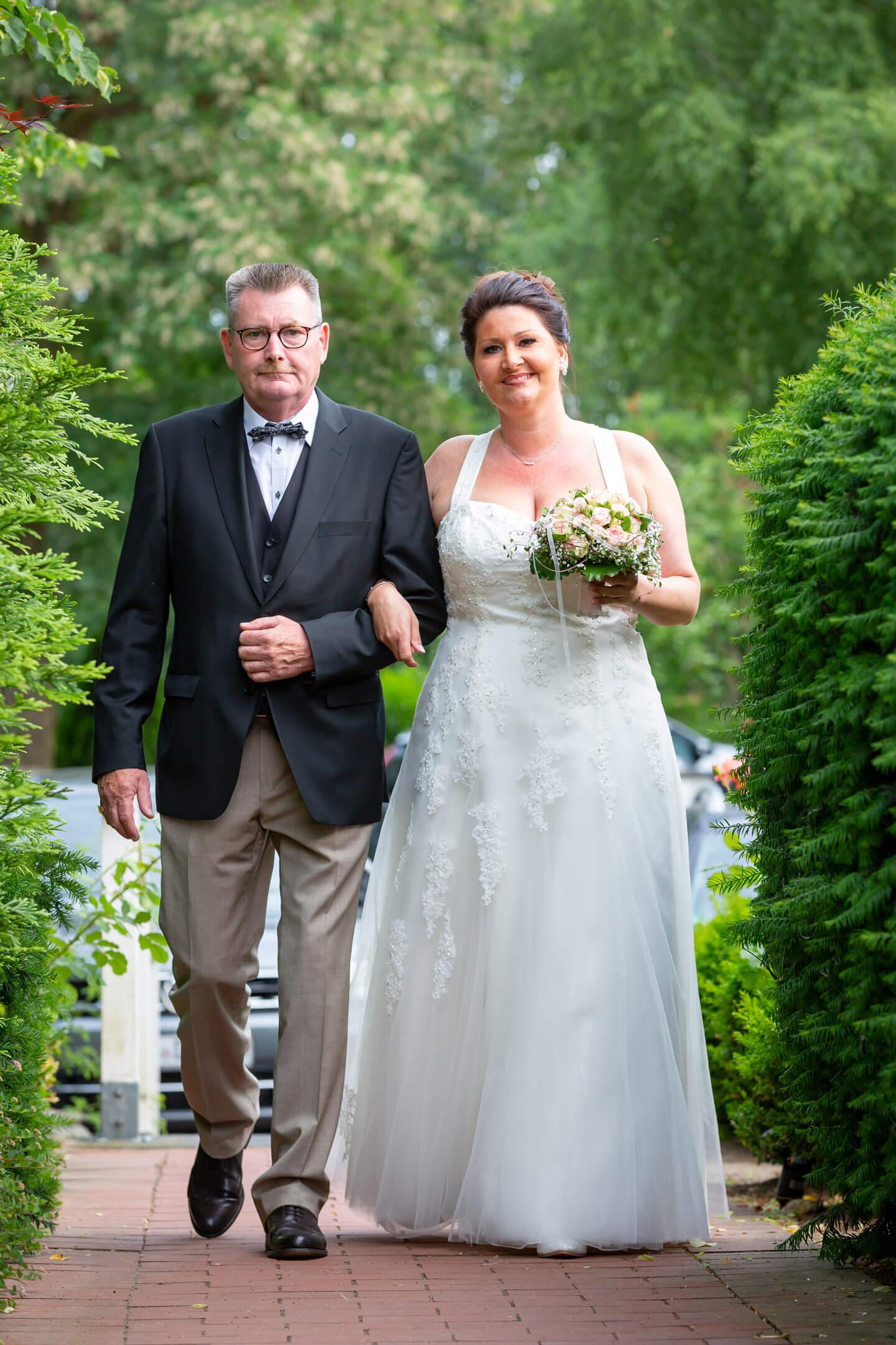 Brautvater geleitet Tochter zur Freien Trauung