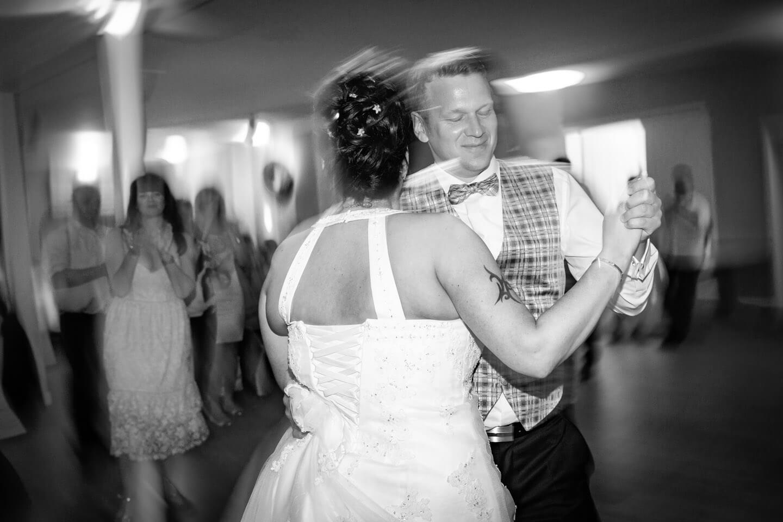 Dynamische Hochzeitsfotografie. Brautpaar beim Eröffnungstanz.