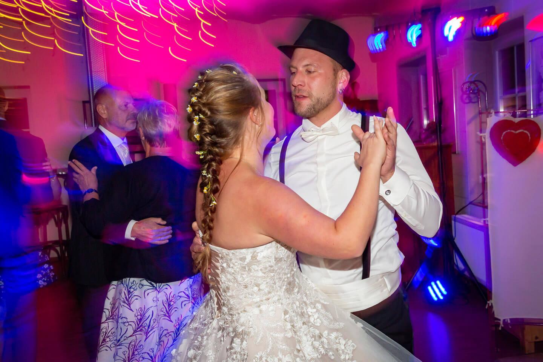 Hochzeitspaar auf der Tanzfläche