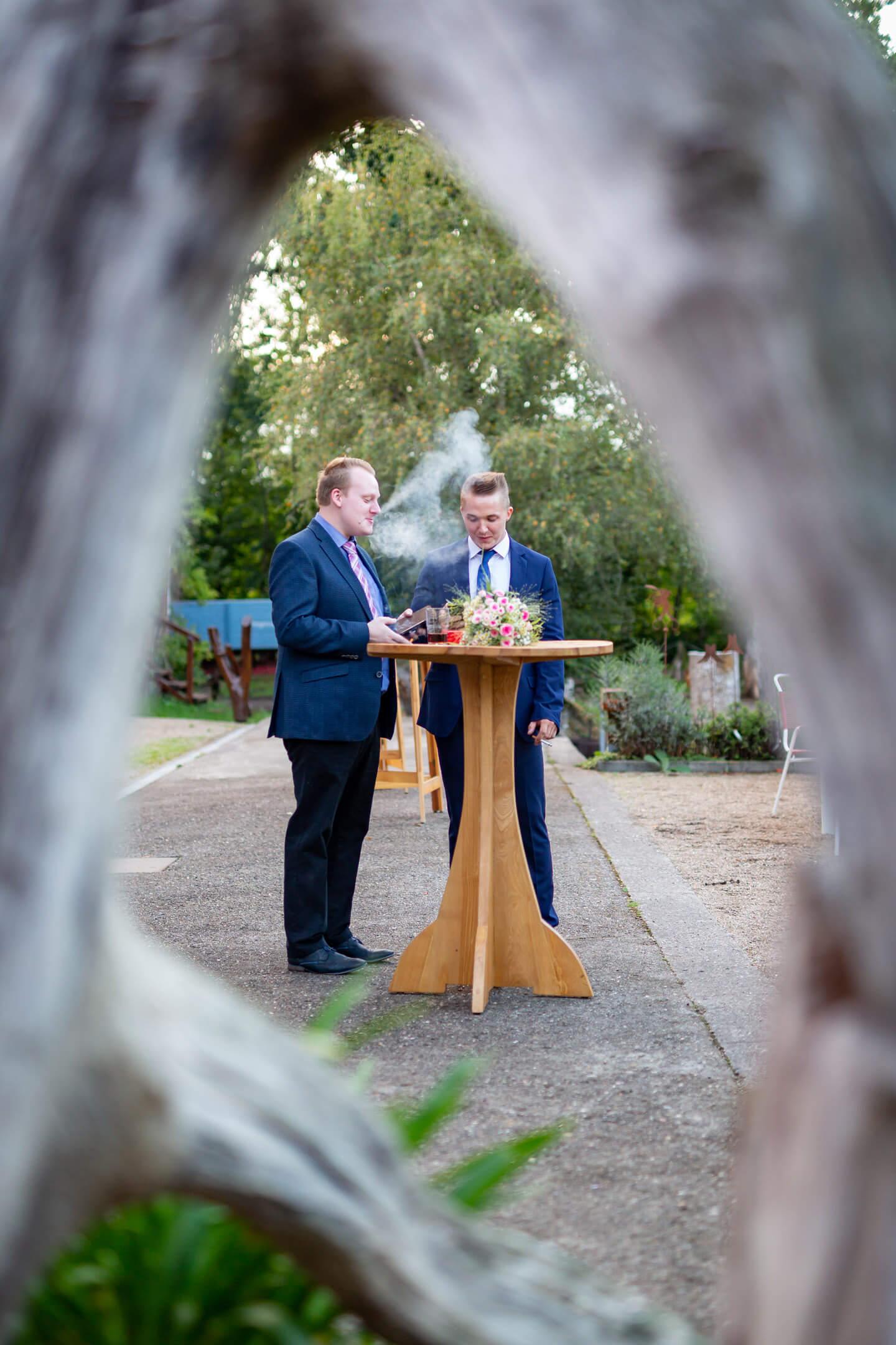 Hochzeitsgaeste beim Rauchen